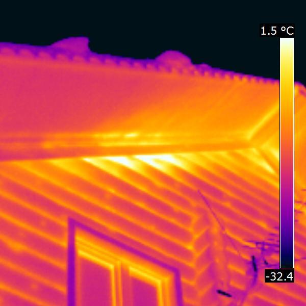 Термограмма деревянного дома. Отсутствие утепления.